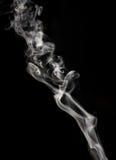 Abstrakter Rauch auf einem schwarzen Hintergrund Lizenzfreie Stockfotografie