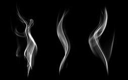 Abstrakter Rauch lokalisiert auf schwarzem Hintergrund. Stockfotos