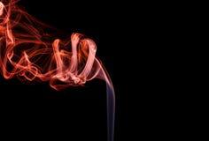 Abstrakter roter blauer Rauch von den aromatischen Stöcken Stockfotos