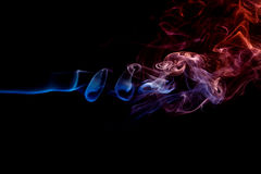 Abstrakter roter blauer Rauch von den aromatischen Stöcken Lizenzfreies Stockbild