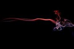 Abstrakter roter blauer Rauch von den aromatischen Stöcken Stockfoto