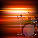 abstrakter roter Musikhintergrund mit Trommelausrüstung Lizenzfreies Stockbild