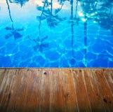 Abstrakter schöner Meerblickhintergrund mit leerem hölzernem Pier Lizenzfreie Stockfotografie
