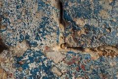 Abstrakter Schmutz eine alte Stadtmauer des Hintergrundes mit den Sprüngen, gemalt im blauen Hintergrund, Farbe zieht weg Stücken Stockfotos