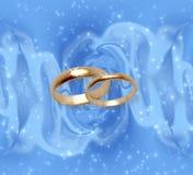 Abstrakter Schneehintergrund mit Hochzeitsringen Lizenzfreie Stockbilder
