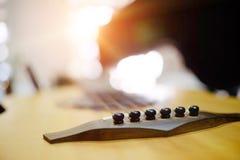 Abstrakter selektiver Fokus, den eine Gitarre mit leerem Kopienraum für addieren lizenzfreie stockfotos