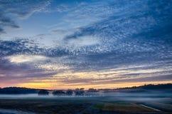 Abstrakter Sonnenaufgang des frühen Morgens über Ackerland Stockfotos