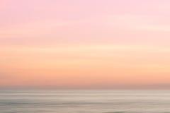 Abstrakter Sonnenaufganghimmel- und Ozeannaturhintergrund Stockfotografie