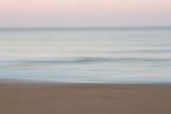 Abstrakter Sonnenaufgangozeanhintergrund mit unscharfer Verschiebenbewegung Stockfoto