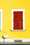 Abstrakter sonniger Tag w Italiens roter Fenster varano borghi Paläste Lizenzfreie Stockfotografie