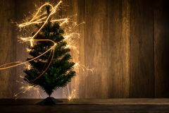 abstrakter symbolischer Weihnachtsbaum hergestellt unter Verwendung der Wunderkerzen mit wo Stockfotos