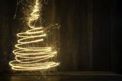 abstrakter symbolischer Weihnachtsbaum hergestellt unter Verwendung der Wunderkerzen mit wo Lizenzfreies Stockfoto