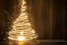abstrakter symbolischer Weihnachtsbaum hergestellt unter Verwendung der Wunderkerzen mit wo Stockbilder