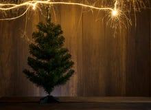 abstrakter symbolischer Weihnachtsbaum hergestellt unter Verwendung der Wunderkerzen mit wo Stockfotografie