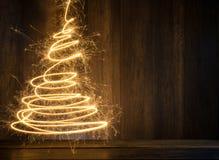 abstrakter symbolischer Weihnachtsbaum hergestellt unter Verwendung der Wunderkerzen mit wo Lizenzfreies Stockbild