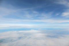 Abstrakter und Unschärfehintergrund des blauen Himmels Lizenzfreie Stockfotografie