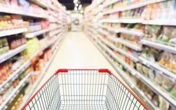 Abstrakter Unschärfesupermarktgang mit Produkt auf Regalen Stockbild