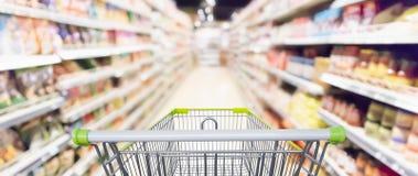 Abstrakter Unschärfesupermarktgang mit Produkt auf Regalen Stockfoto
