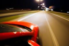 Abstrakter unscharfer Hintergrund mit rotem Auto lizenzfreies stockfoto