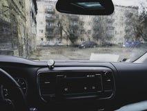 Abstrakter Verkehr, wenn Tag geregnet wird Ansicht vom Autositz Hintergrund mit Filter stockbild