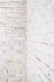 Abstrakter vertikaler weißer Hintergrund Die Ecke der Backsteinmauer Lizenzfreie Stockfotografie