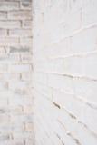 Abstrakter vertikaler weißer Hintergrund Die Ecke der Backsteinmauer Lizenzfreies Stockfoto