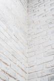 Abstrakter vertikaler weißer Hintergrund Die Ecke der Backsteinmauer Stockbild