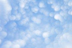Abstrakter weicher hellblauer Hintergrund mit unscharfen Kreisen Kleine Wolken an einem sonnigen Tag Lizenzfreies Stockfoto