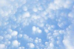 Abstrakter weicher hellblauer Hintergrund mit unscharfen Kreisen Kleine Wolken an einem sonnigen Tag Lizenzfreie Stockfotografie
