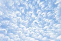 Abstrakter weicher hellblauer Hintergrund mit unscharfen Kreisen Kleine Wolken an einem sonnigen Tag Hintergrund Lizenzfreies Stockbild