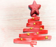 Abstrakter Weihnachtsbaum gemacht vom roten Band Stockbild