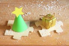 Abstrakter Weihnachtsbaum und Geschenk auf Puzzlespiel Stockfotos