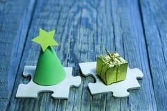Abstrakter Weihnachtsbaum und Geschenk auf Puzzlespiel Lizenzfreies Stockfoto