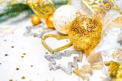 abstrakter Weihnachtsdekor im Gold und in den weißen Höhlen mit Weihnachten spielt Lizenzfreies Stockbild