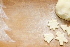 Abstrakter Weihnachtslebensmittel-Schutzträgerhintergrund auf Weinlesebrett Lizenzfreie Stockfotos