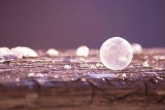 Abstrakter Winterhintergrund mit gefrorener Seifenblase Lizenzfreies Stockfoto