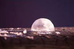 Abstrakter Winterhintergrund mit gefrorener Seifenblase Lizenzfreie Stockfotografie