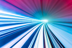 Abstrakter Zug, der in Tunnel sich bewegt Lizenzfreie Stockfotos
