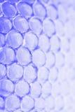 Abstraktes Bienenwabenzellmuster in den violetten blauen Tönen Stockfotos