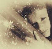 Abstraktes Bild der Doppelbelichtung der Baumbrunchs im Herbst und netten glücklichen in Kinderdem träumen Schwarzweiss-Artfoto Lizenzfreies Stockfoto