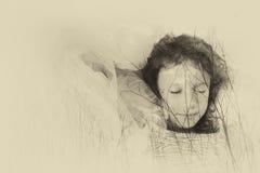 Abstraktes Bild der Doppelbelichtung der Baumbrunchs im Herbst und netten glücklichen in Kinderdem träumen Schwarzweiss-Artfoto Lizenzfreies Stockbild
