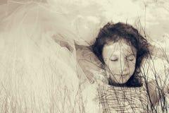 Abstraktes Bild der Doppelbelichtung der Baumbrunchs im Herbst und netten glücklichen in Kinderdem träumen Schwarzweiss-Artfoto Lizenzfreie Stockbilder