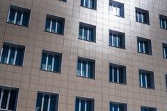 Abstraktes Bild der Fassade des Gebäudes mit Windows bedeckte mit Plastikplatten Lizenzfreie Stockfotos