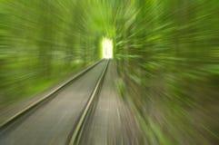 Abstraktes Bild der Geschwindigkeitsbewegung durch Schiene unter Bäumen zum Licht Lizenzfreie Stockfotografie