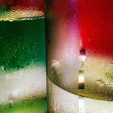 Abstraktes Bild der Kondensation auf Flasche zwei mit roter und grüner Farbe Lizenzfreie Stockfotos