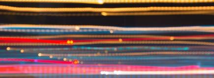 Abstraktes Bild der Nacht beleuchtet in der Bewegungsunschärfe in der Stadt stockbild