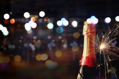 Abstraktes Bild der Sektflasche und der festlichen Lichter Stockfotos