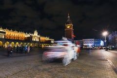 Abstraktes Bild der Unschärfebewegung der Pferdekutsche vor dem Sukiennice auf dem Hauptmarkt Lizenzfreie Stockfotos