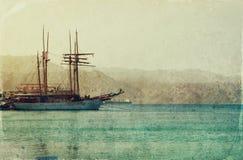 Abstraktes Bild der Yacht in Meer Foto der alten Art Stockfotografie
