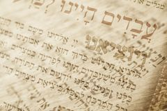 Abstraktes Bild des Judentumskonzeptes mit Nahaufnahmetext auf Hebräisch vom Passahfest Haggadah Stockbild